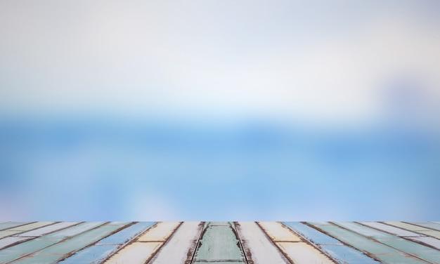 Placa de madeira com movimento no fundo azul, quadro de madeira com fundo abstrato azul.