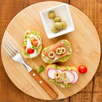 Placa de madeira com sanduíches