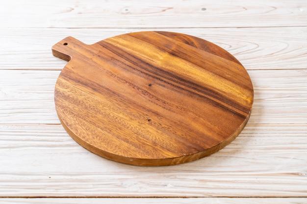 Placa de madeira de corte vazia com pano de cozinha