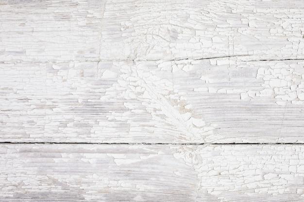 Placa de madeira de fundo com tinta rachada. branco - textura de madeira descascada