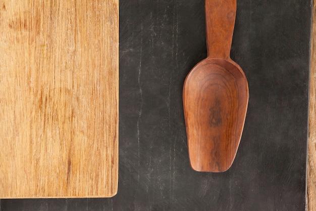 Placa de madeira e colher de pau