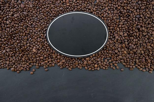Placa de madeira e feijão no fundo da mesa de madeira
