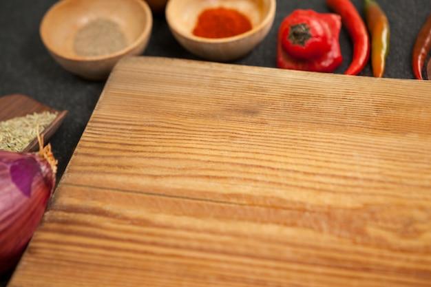 Placa de madeira e ingredientes