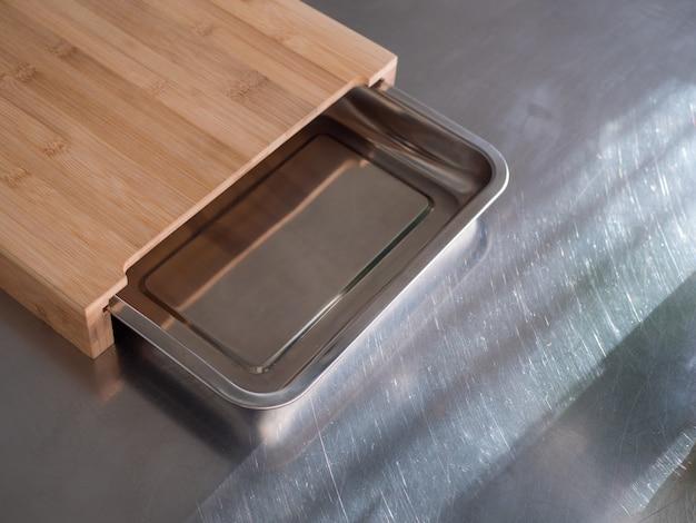 Placa de madeira e metal na cozinha