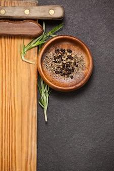 Placa de madeira e tigela de especiarias