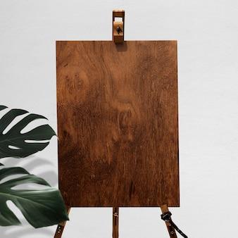 Placa de madeira em cavalete com suporte