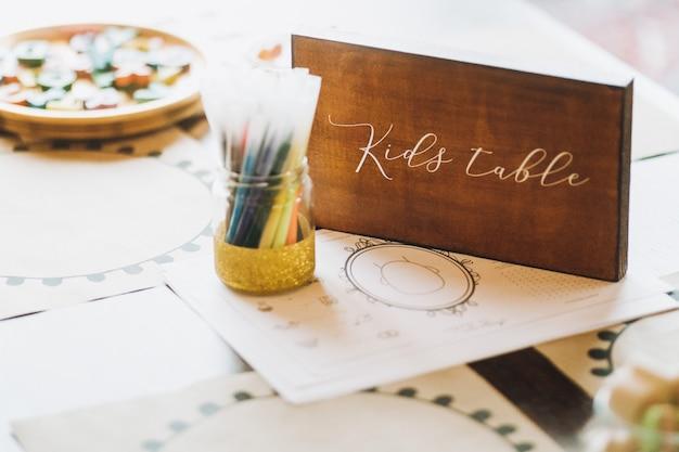 Placa de madeira gravada na mesa infantil