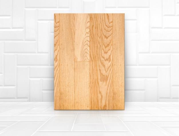 Placa de madeira mock-se na sala de azulejos brancos lustrosos, fundo de textura moderna