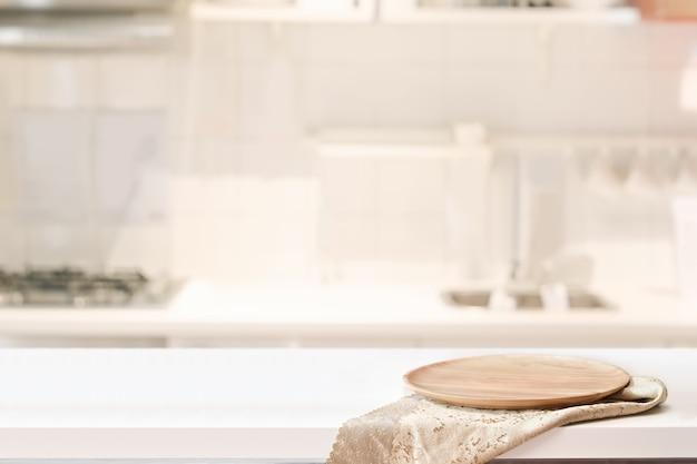 Placa de madeira na mesa branca no fundo da sala de cozinha