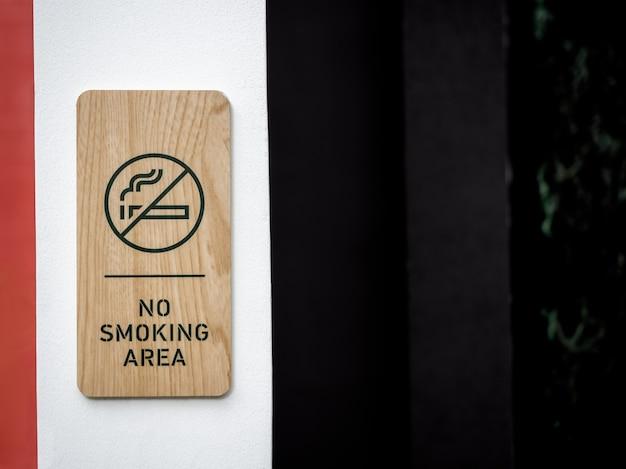 Placa de madeira para área de não fumantes