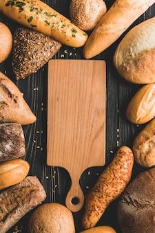 Placa de madeira rodeada de pães
