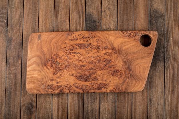 Placa de madeira simulada em um fundo escuro de madeira