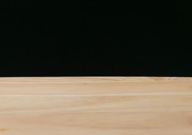 Placa de madeira vazio com desfoque de fundo preto