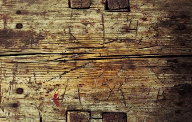 Placa de madeira velha com arranhões no fundo do celeiro com espaço de cópia