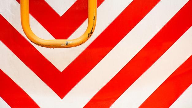 Placa de metal vermelho e branco