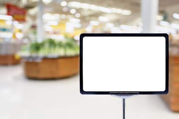 Placa de preço em branco com alimentos frescos no fundo desfocado abstrato do supermercado com luz bokeh