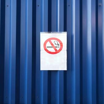 Placa de proibição de fumar em parede azul