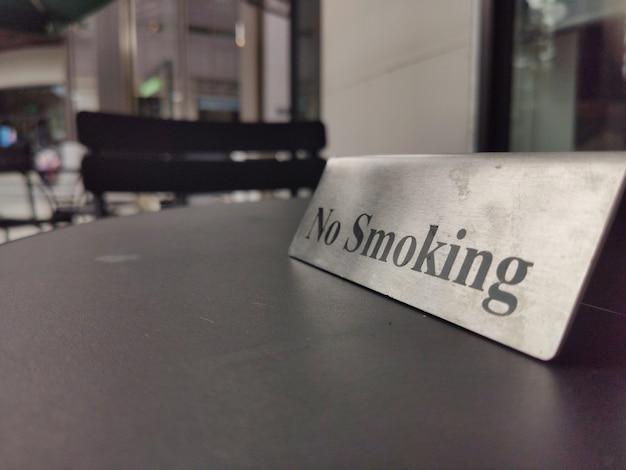 Placa de proibição de fumar na mesa de madeira do restaurante