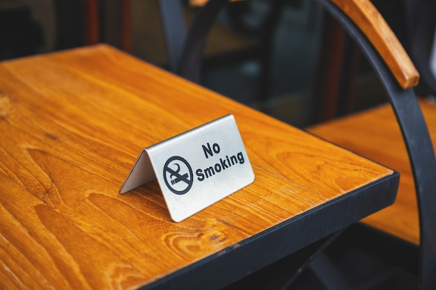 Placa de proibição de fumar na mesa do café