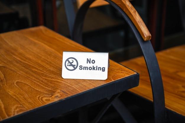 Placa de proibição de fumar na mesa