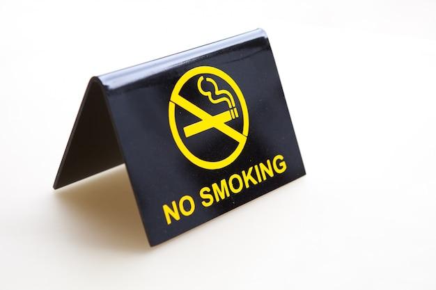 Placa de proibido fumar em cima da mesa