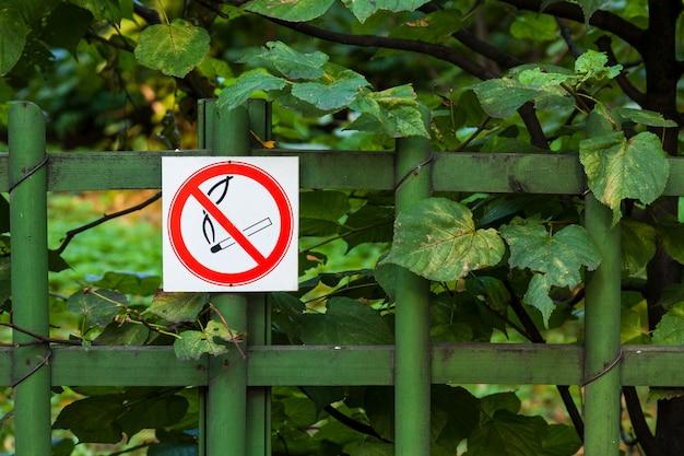 Placa de proibido fumar em uma cerca do parque
