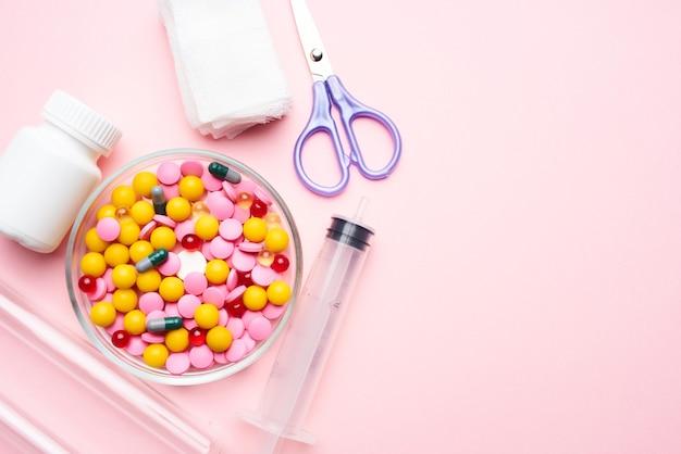 Placa de remédio, tesoura, remédio, remédio, fundo rosa
