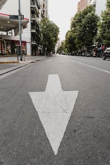 Placa de rua com seta