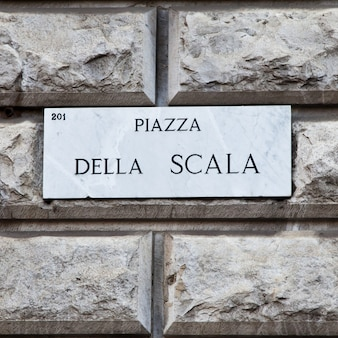 Placa de rua do famoso ponto interessante no centro de milão - itália