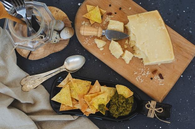 Placa de servir incomum feita de garrafa com batatas fritas caseiras e molho pesto italiano e queijo parmesão
