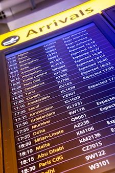 Placa de sinal de chegada e partida de voo no aeroporto