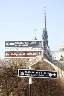 Placa de sinalização de pontos de referência perto de notre dame de paris