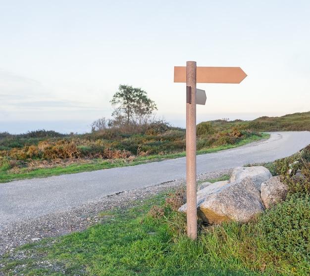 Placa de sinalização na calçada. nas montanhas.