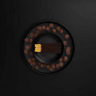 Placa de varas de chocolate em um fundo escuro