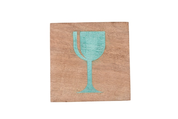 Placa de vidro impressa na base de madeira isolada na parede branca