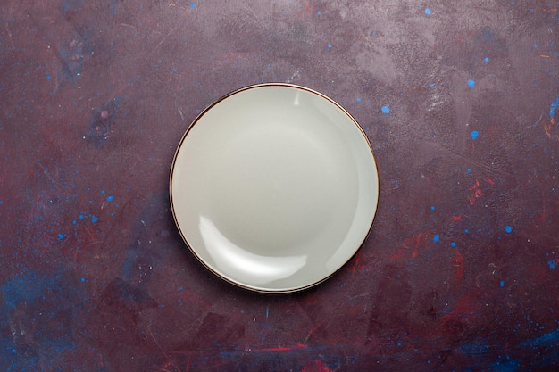 Placa de vidro redonda vazia de vista superior feita de placa cinza na superfície escura
