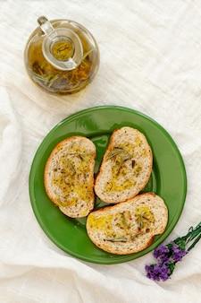 Placa de vista superior com fatias de pão e azeite