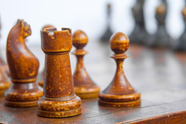Placa de xadrez velha com partes de madeira.