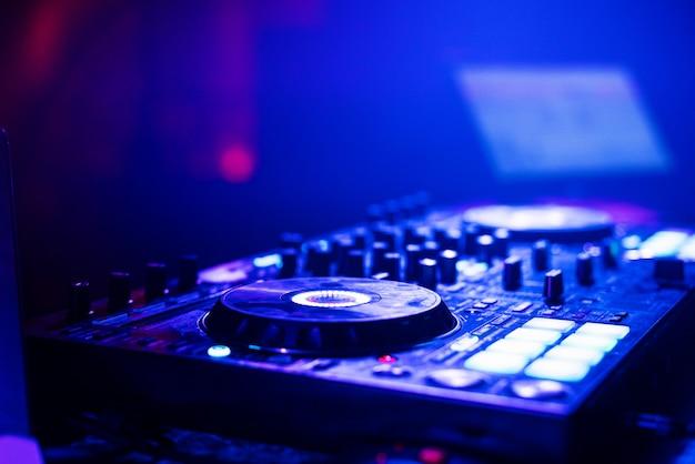 Placa do dj do misturador do controlador da música em uma festa eletrônica