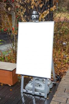 Placa do menu em branco na calçada com espaço para texto