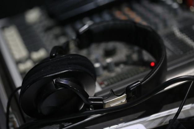 Placa do mixer de som e fone de ouvido