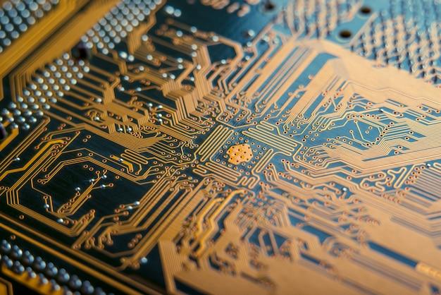 Placa eletrônica com close up de elementos semicondutores