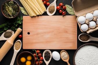 Placa em meio a ingredientes para cozinhar