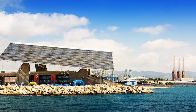 Placa fotovoltaica na área do fórum e usina em barcelona