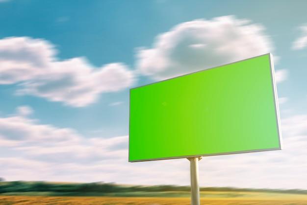 Placa grande vazia ou quadro de avisos com uma tela verde perto da estrada. mock up, maquete