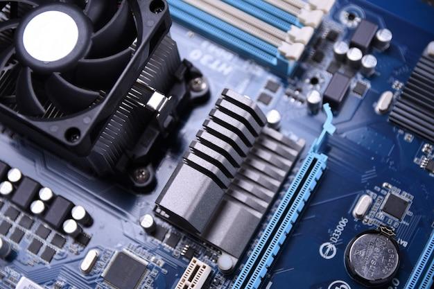 Placa-mãe do computador e componentes eletrônicos memória cpu gpu e soquetes diferentes para placa de vídeo