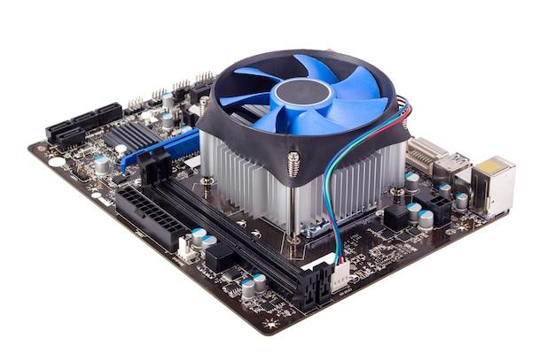Placa-mãe do computador isolada no fundo branco com cooler da cpu