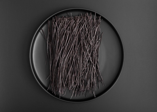 Placa minimalista de vista superior com espaguete preto