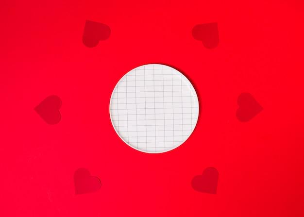 Placa perto de conjunto de corações de ornamento
