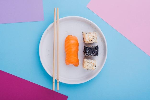 Placa plana leiga com rolos de sushi